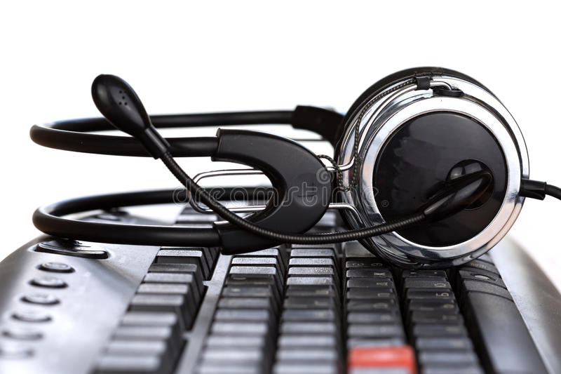 在黑键盘的未来派耳机 免版税库存照片