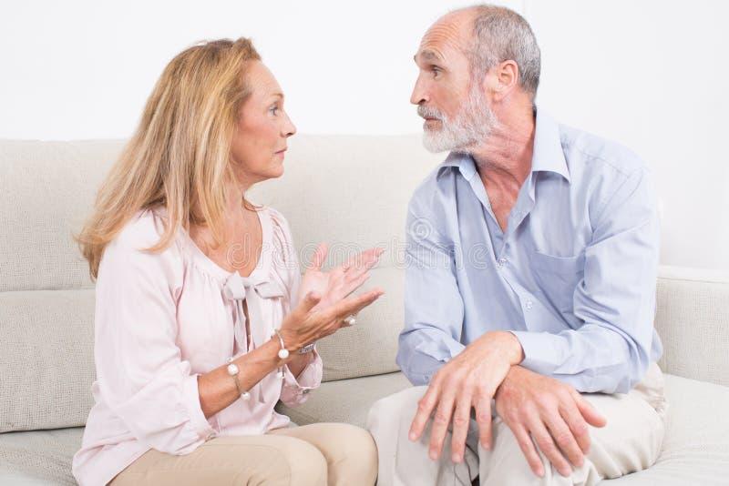 在年长夫妇之间的讨论 免版税库存照片