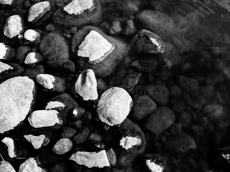 在水附近的岩石在赫尔辛基 免版税库存照片