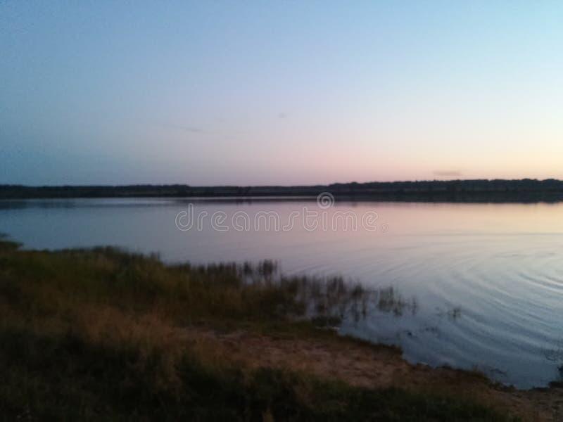 在水附近的晚上 免版税图库摄影