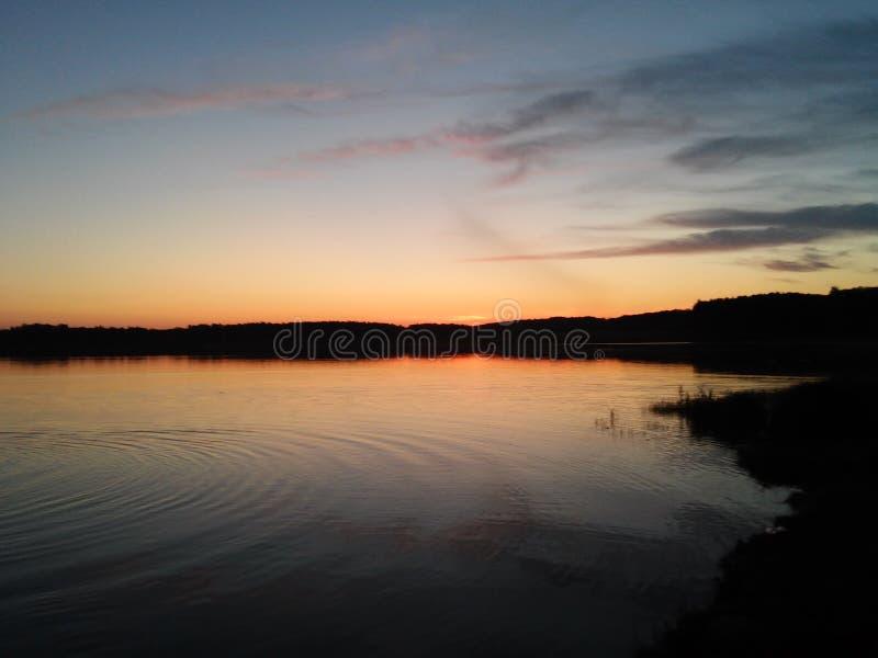 在水附近的晚上 库存照片