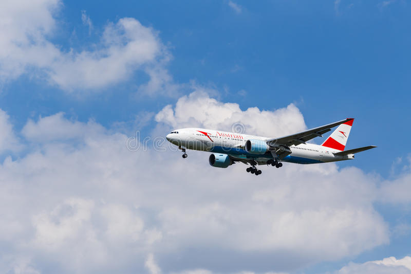 在登陆前的波音767-300奥地利航空 免版税库存图片