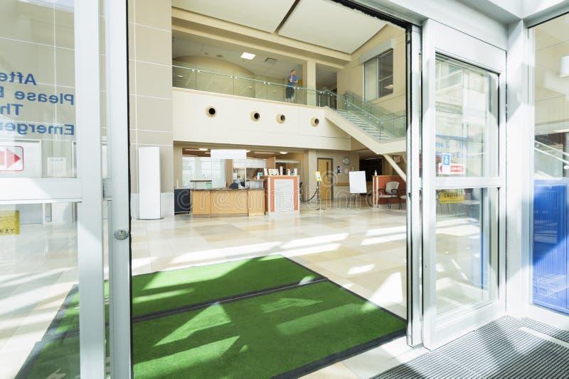在医院入口的门前的擦鞋棕垫  免版税库存照片