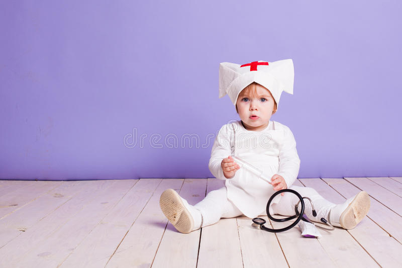 在医院护士的小女孩戏剧 免版税库存照片