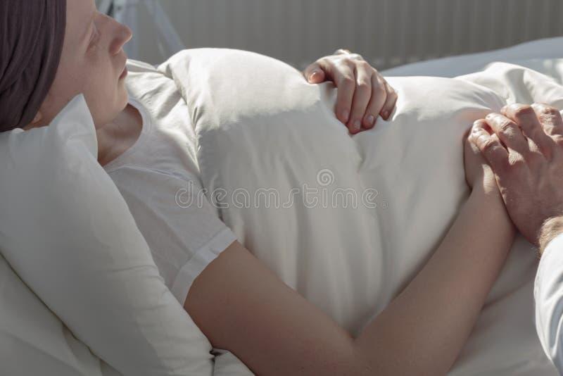 在医院病床上的巨蟹星座妇女 免版税库存图片