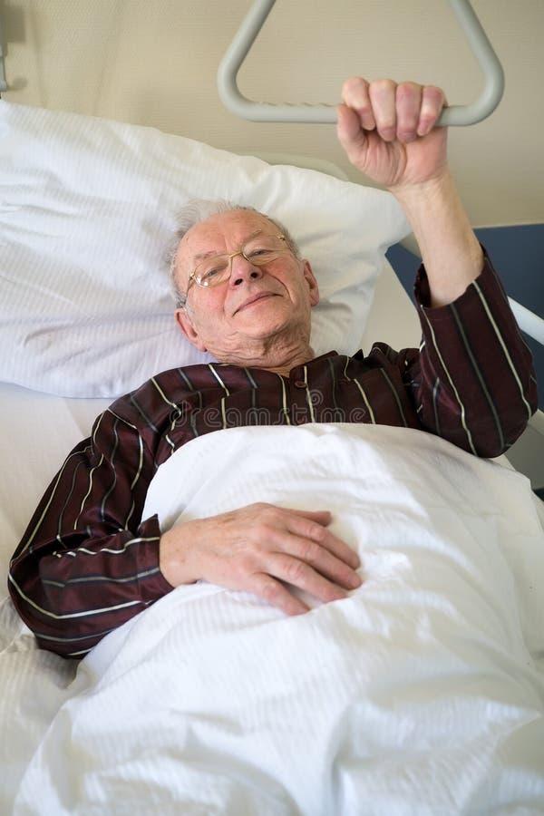 在医院病床上的虚弱老人 免版税图库摄影