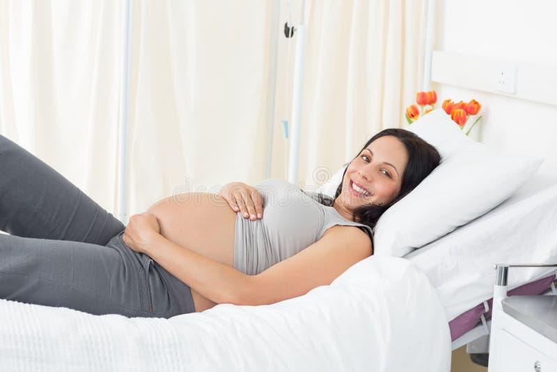 在医院的微笑的孕妇 免版税图库摄影