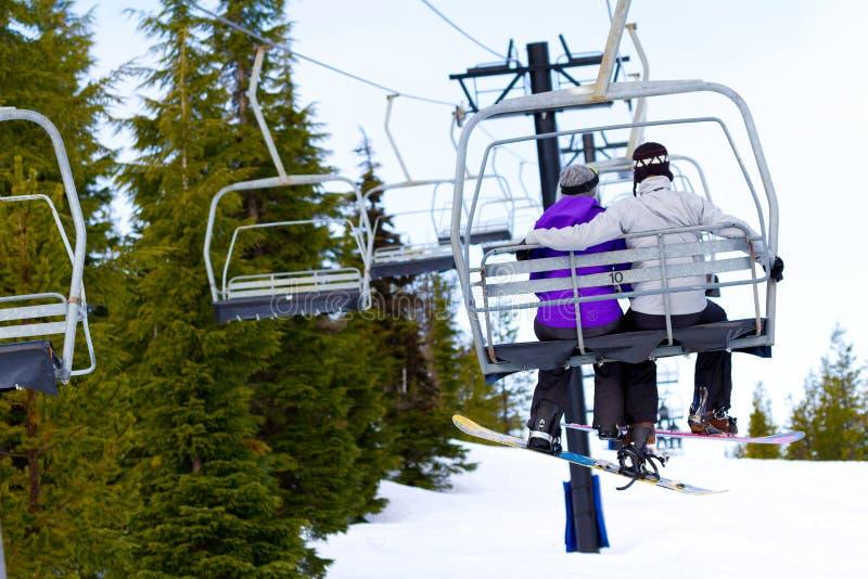 在滑雪电缆车的夫妇 免版税库存图片