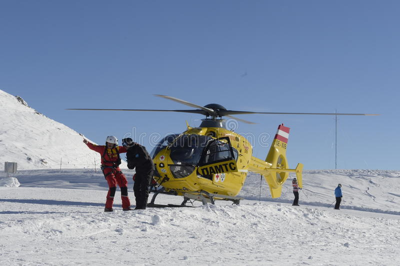 在滑雪胜地的抢救直升机 免版税库存照片