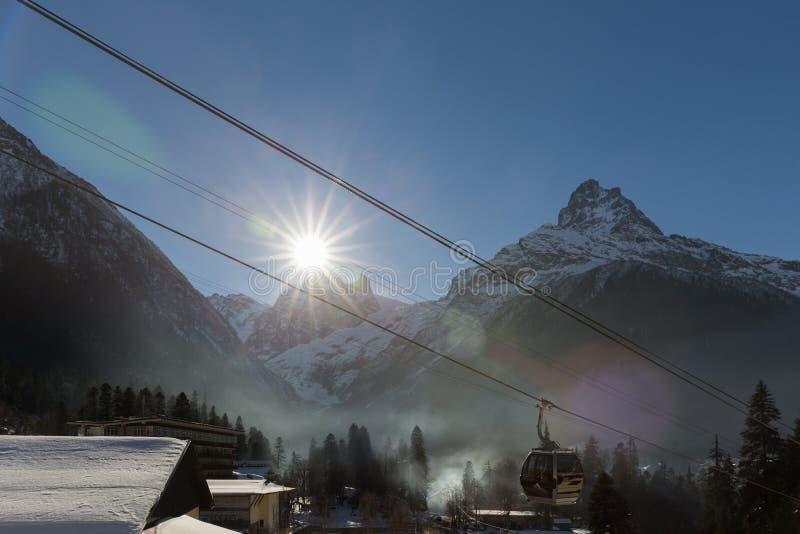 在滑雪胜地的缆车 免版税库存图片
