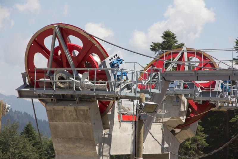 在滑雪胜地的驾空滑车机械滑轮 图库摄影