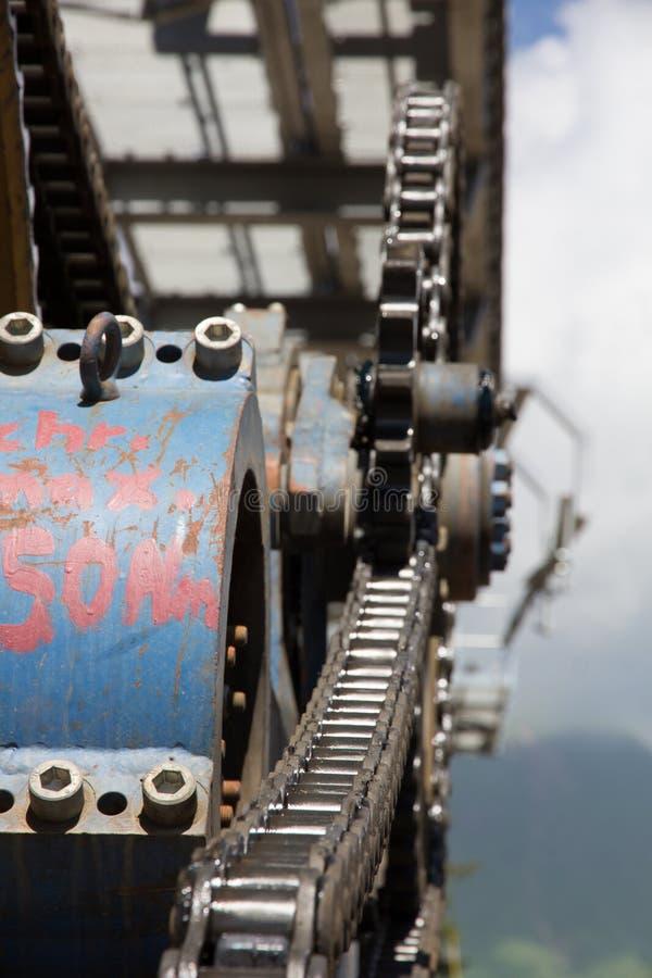 在滑雪胜地的驾空滑车机械滑轮 库存照片
