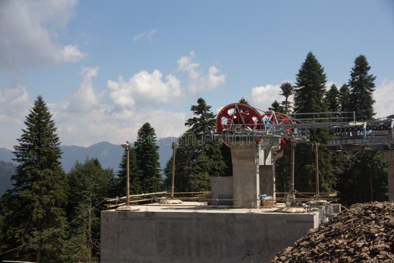 在滑雪胜地的驾空滑车机械滑轮 库存图片