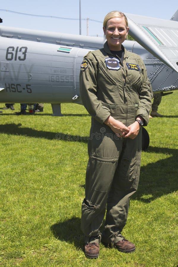在水雷对抗措施示范以后的未认出的直升机飞行员在舰队星期期间2014年 免版税图库摄影