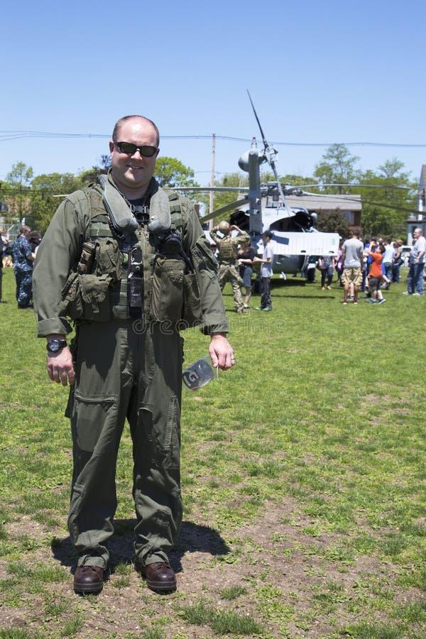 在水雷对抗措施示范以后的未认出的直升机飞行员在舰队星期期间2014年 库存照片