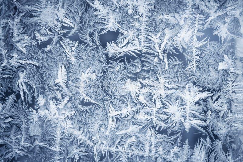 在结霜的窗口的华丽霜样式当圣诞节背景 图库摄影