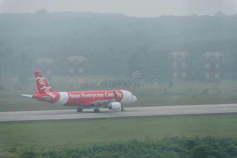 在阴霾的泰国亚洲航空航空公司出租汽车在krabi机场 免版税库存图片