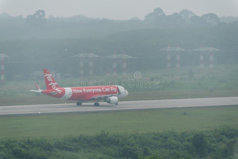 在阴霾的泰国亚洲航空航空公司出租汽车在krabi机场 免版税库存照片