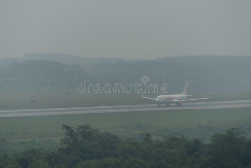 在阴霾的泰国狮航航空公司出租汽车在krabi机场 免版税库存图片