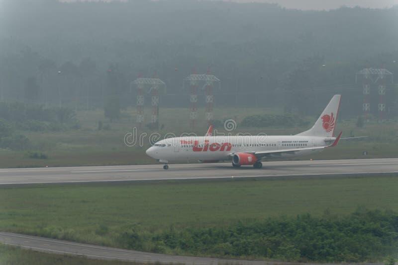 在阴霾的泰国狮航航空公司出租汽车在krabi机场 免版税库存照片