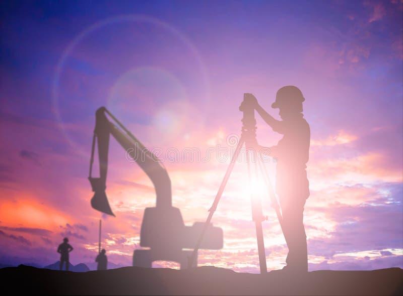 在负面因素的剪影成功的男性工程师身分调查工作 免版税库存图片