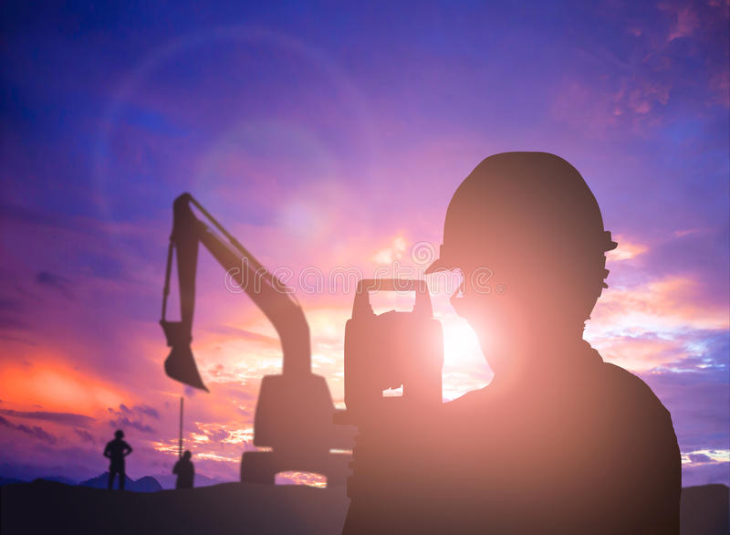 在负面因素的剪影成功的男性工程师身分调查工作 免版税库存照片