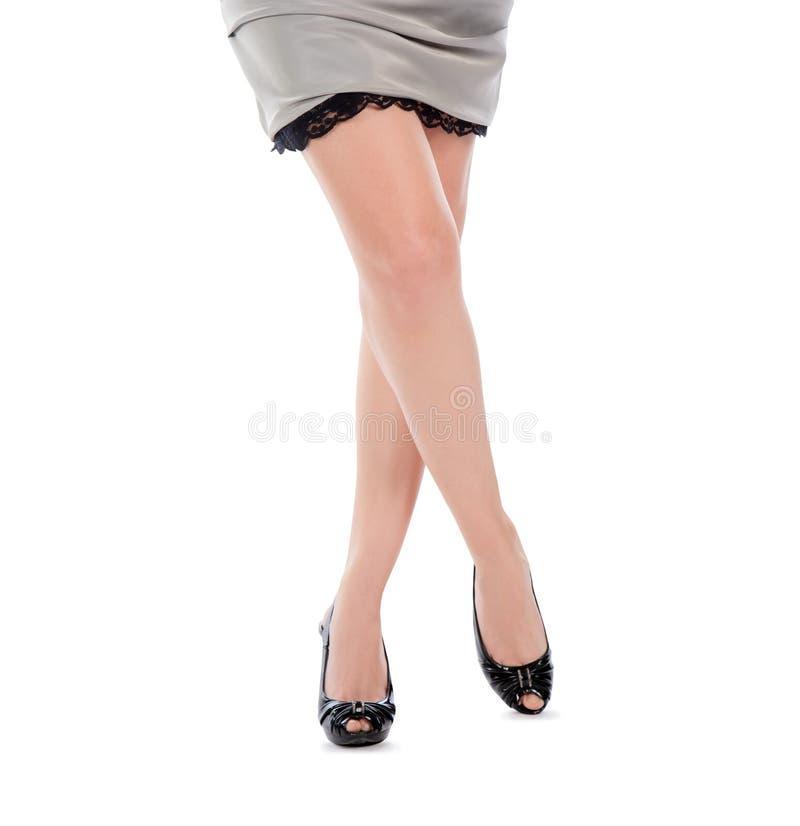 在黑鞋子的美好的妇女腿 免版税库存照片