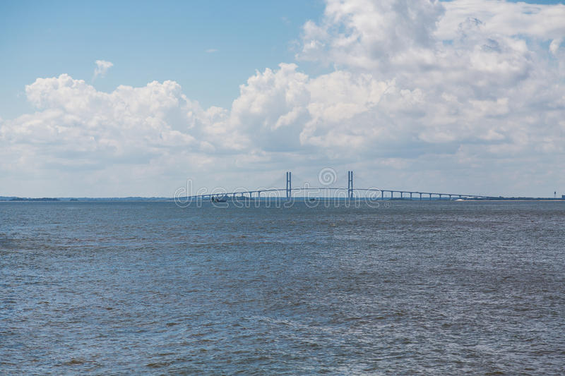 在暴风云下的吊桥 库存图片