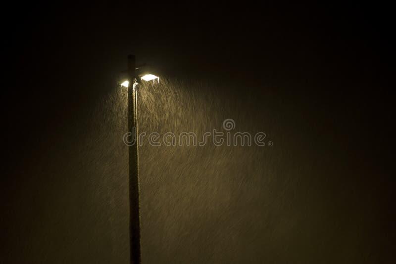 在暴风雪的灯岗位 库存图片