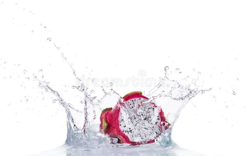 在水飞溅的新鲜的龙果子在白色 免版税库存图片