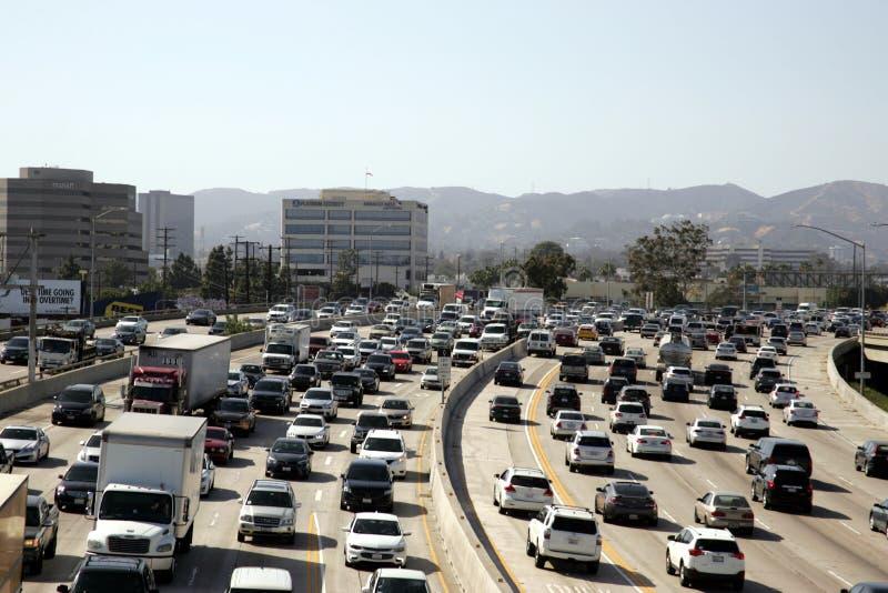 在405高速公路洛杉矶加州的交通 免版税库存图片