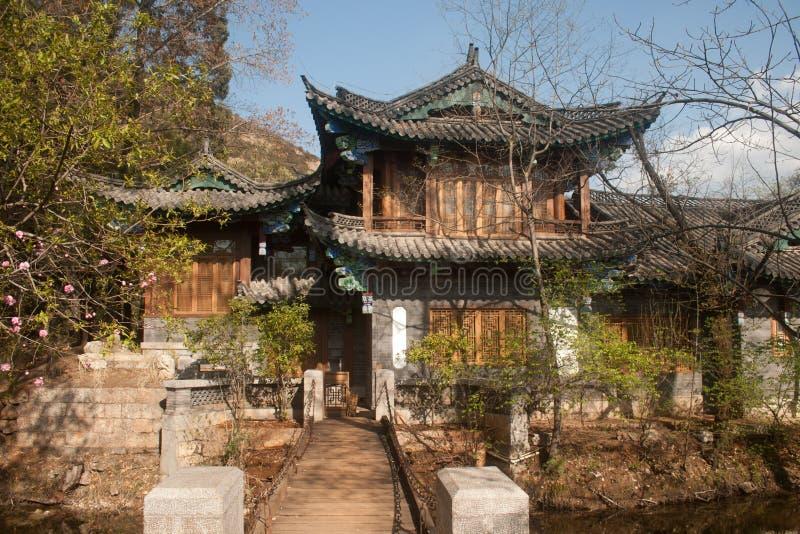 在黑龙水池的古老大厦在中国。 免版税图库摄影