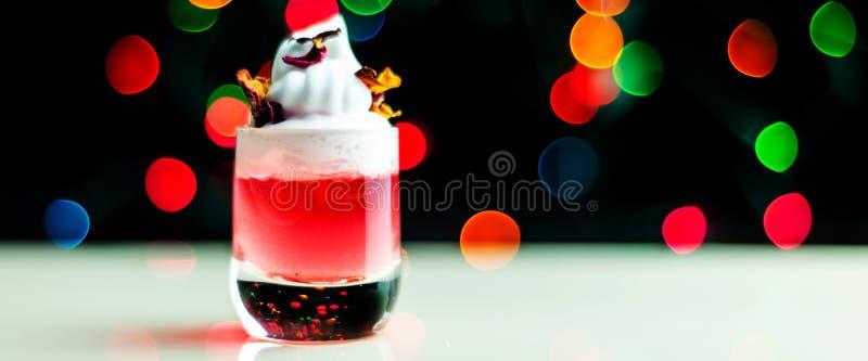 在 bokeh背景的一个小玻璃射击的圣诞节饮料,在酒吧的圣诞装饰,xmas党 免版税库存图片