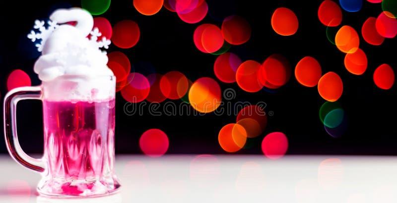 在 bokeh背景的一个小玻璃射击的圣诞节饮料,在酒吧的圣诞装饰,xmas党 库存照片