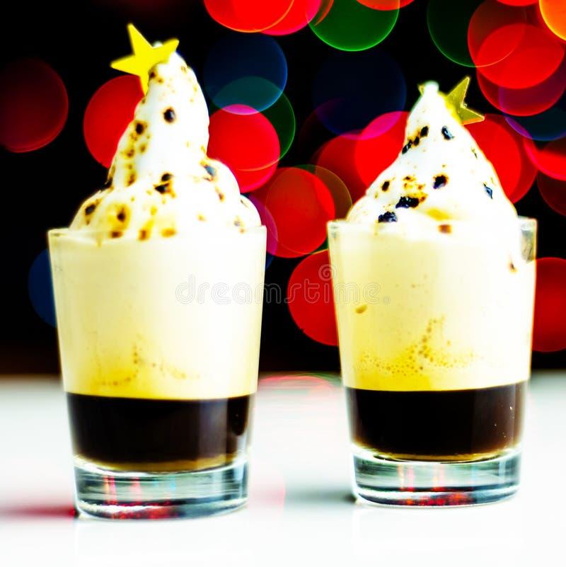 在 bokeh背景的一个小玻璃射击的圣诞节饮料,在酒吧的圣诞装饰,xmas党 免版税图库摄影