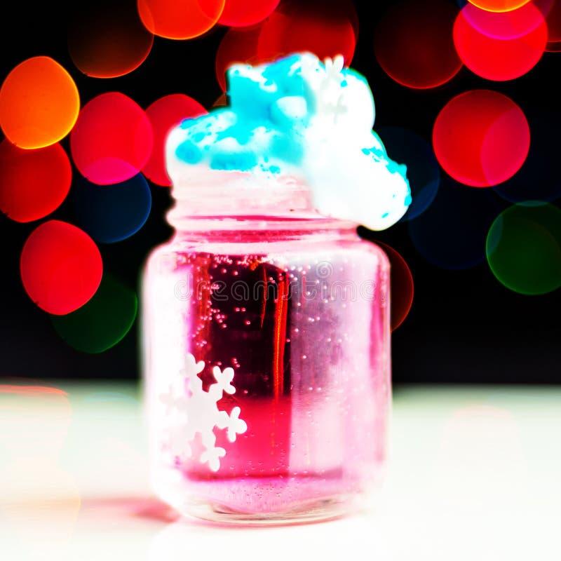 在 bokeh背景的一个小玻璃射击的圣诞节饮料,在酒吧的圣诞装饰,xmas党 库存图片