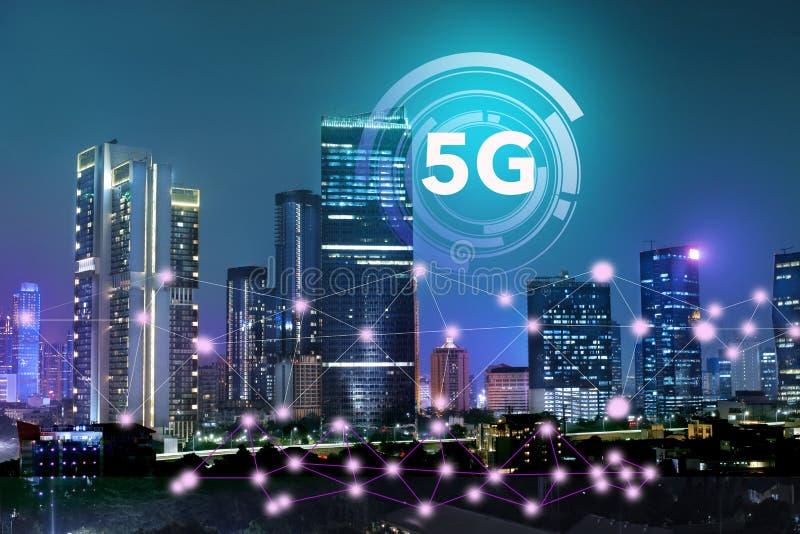 在5G技术系统的互联网在企业大厦和摩天大楼作为城市的商业中心  免版税库存照片