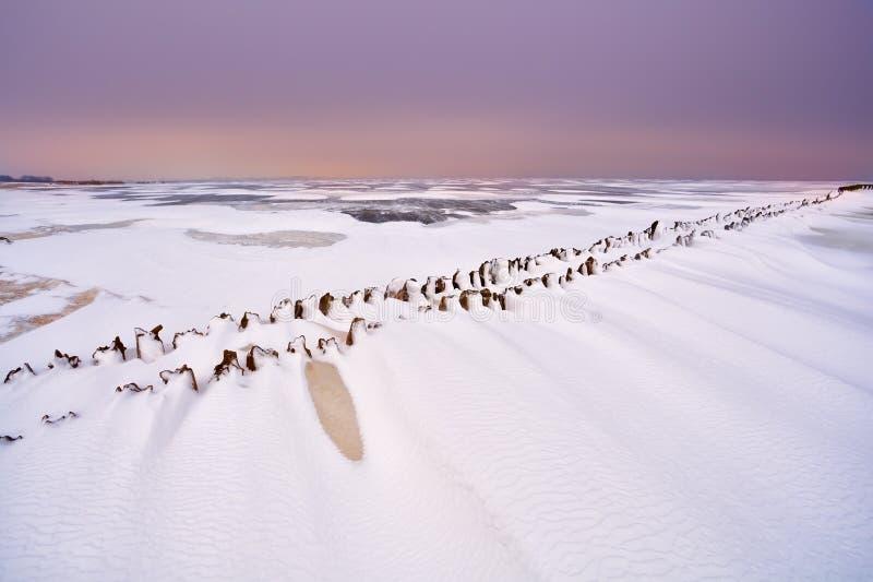 在冻北海的老木堤堰 免版税库存图片