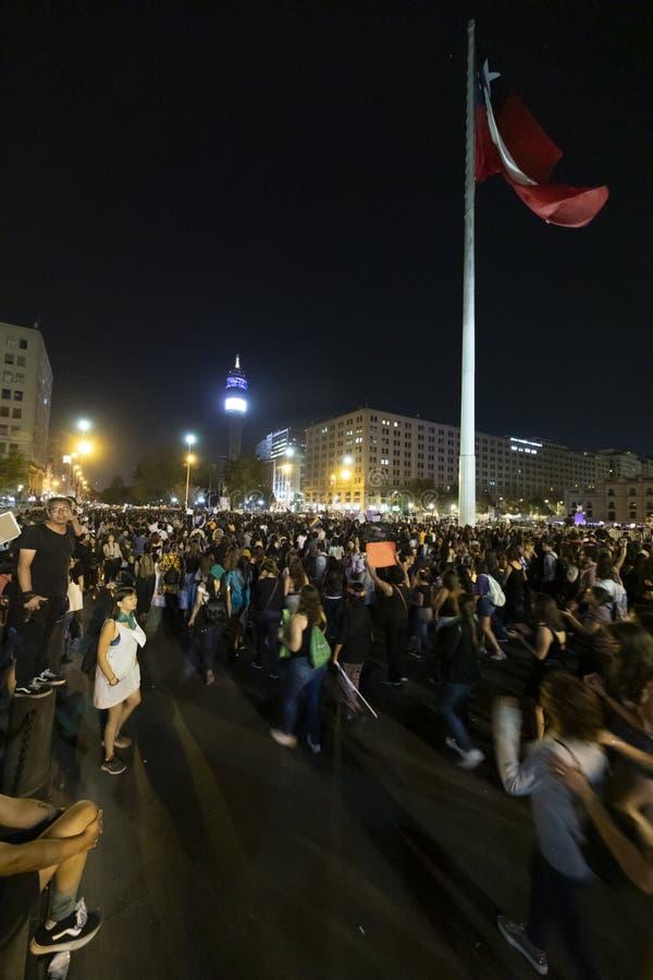 在8M国际妇女天期间,妇女抗议者在圣地亚哥de智利拥挤 图库摄影