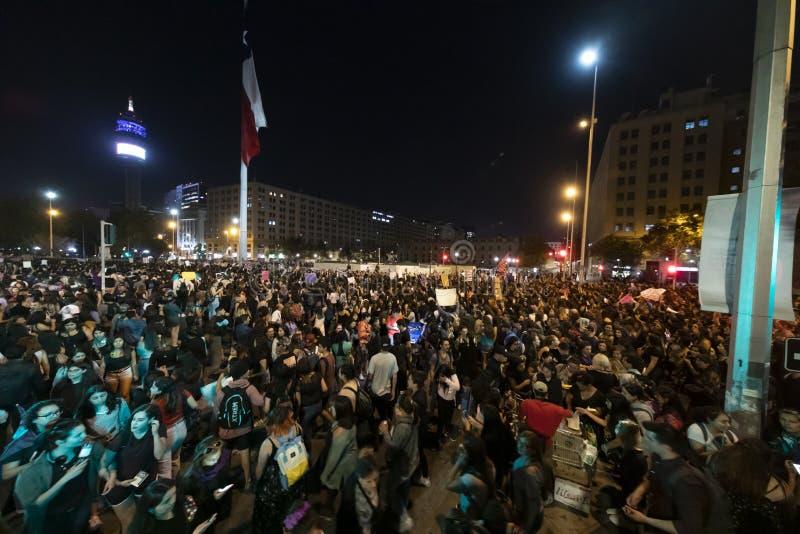 在8M国际妇女天期间,妇女抗议者在圣地亚哥de智利拥挤 免版税库存照片