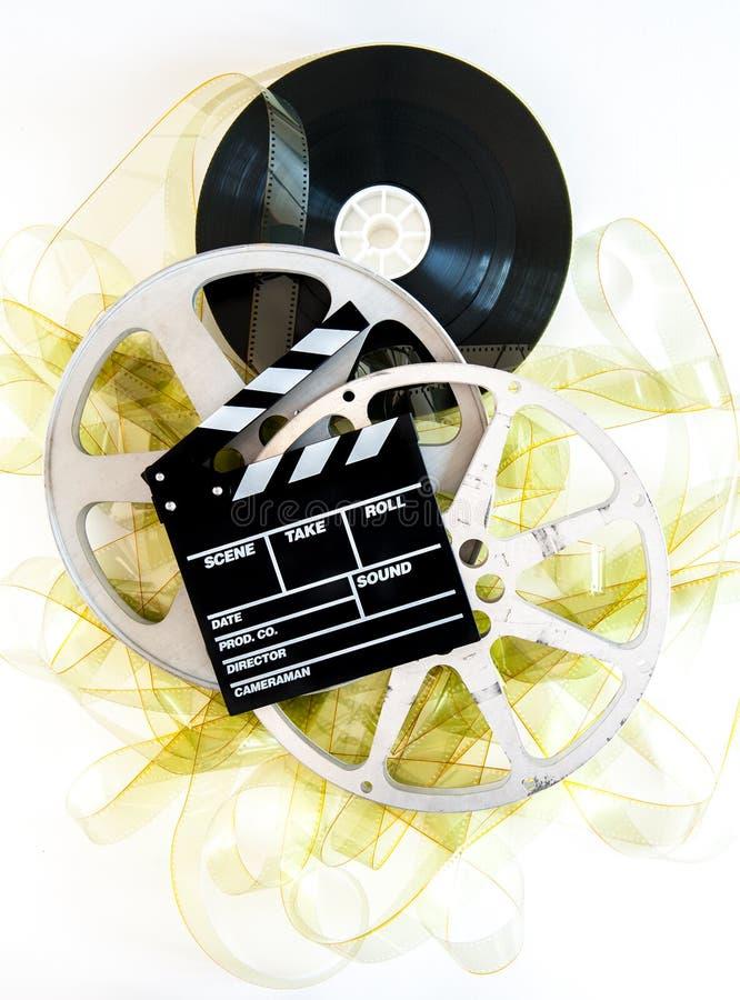 在35mm黄色被展开的影片和戏院的电影拍板卷 免版税库存照片