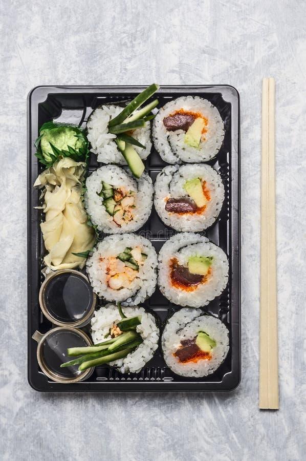 在黑transportbox或bento箱子的寿司菜单在灰色背景,顶视图,关闭 库存图片