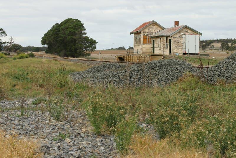 在1981年Trawalla火车站1874被关闭了作为一个客车站 仍然建立立场的遗弃驻地 免版税图库摄影