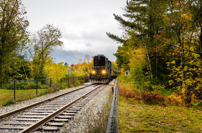 在a的火车通过乡下在一多云秋天天 图库摄影