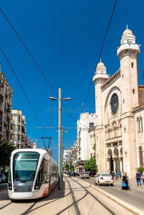 在Abdellah本萨利姆清真寺的电车在奥兰,阿尔及利亚 免版税库存图片