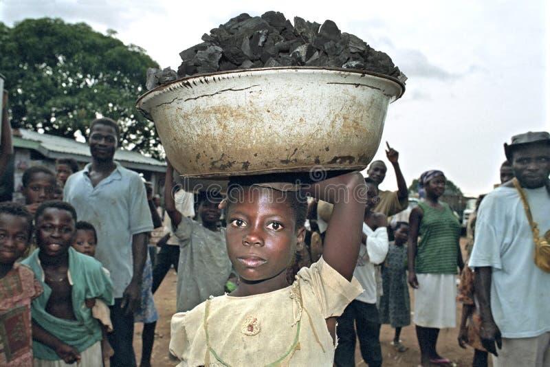 在Abease加纳的市场上的童工  免版税库存图片