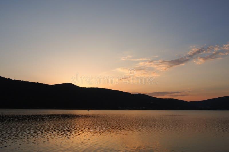 在Abrau湖的日落 免版税库存照片