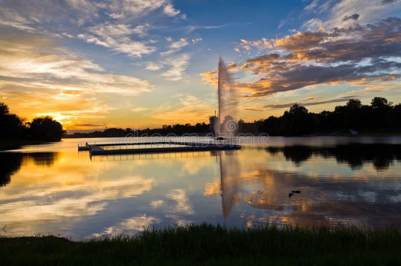 在Ada湖在五颜六色的秋天日落之前,贝尔格莱德的鸭子 免版税库存照片