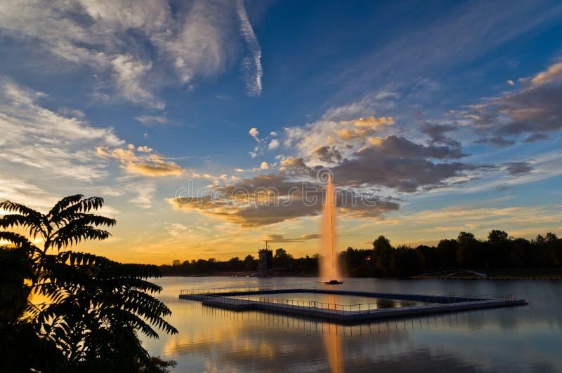 在Ada湖的五颜六色的10月晚上反射在贝尔格莱德浮出水面 免版税图库摄影