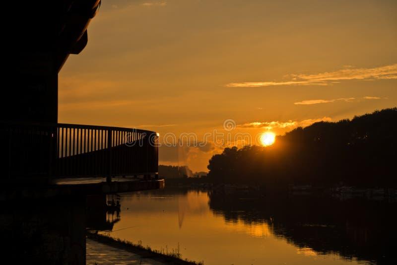 在Ada湖的秋天日落在贝尔格莱德 免版税库存图片
